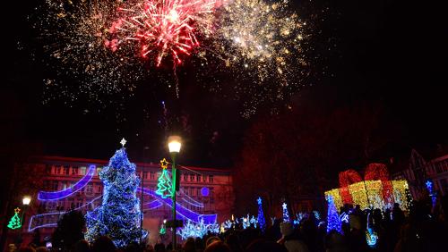 Коледната елха във Варна грейва на Никулден